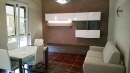 cucina bianca moderna e salotto