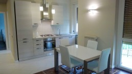 cucina bianca moderna foto con tavolo