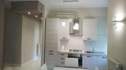 cucina bianca moderna ingresso illuminazione